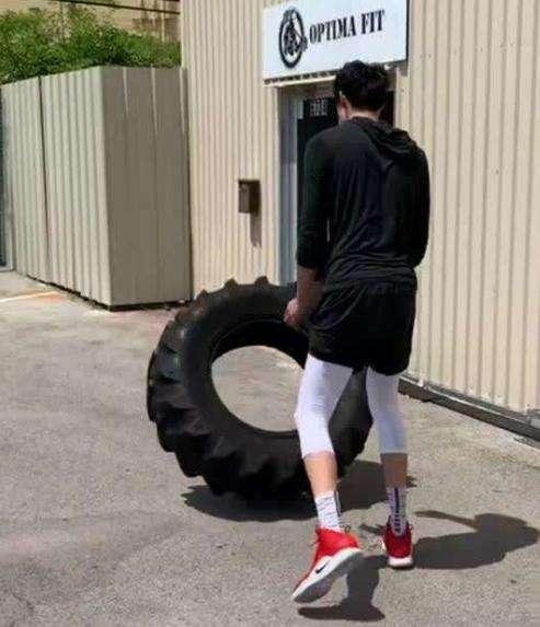 NBA的训练方式:甜瓜安东尼身背铁链 詹皇推轮胎